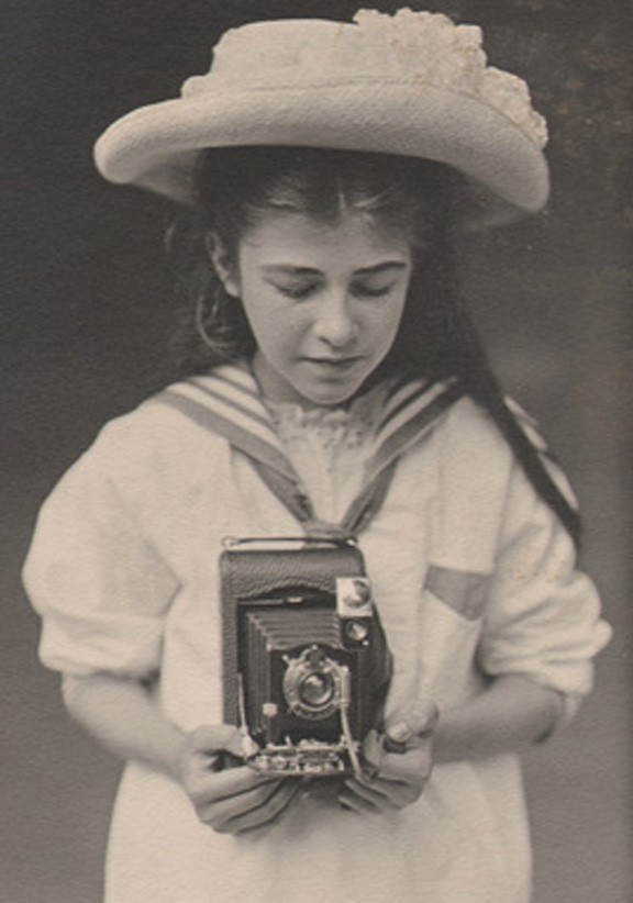 girl-with-kodak-1907-ysw