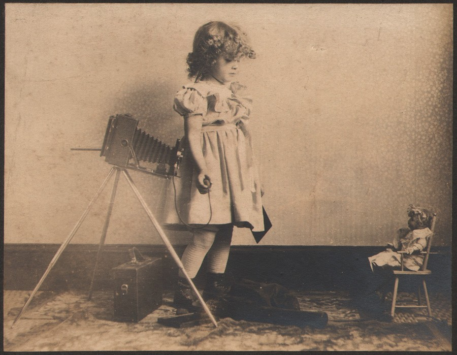 blog-dorothy-taking-photograph-of-doll-kodak-contest-1905