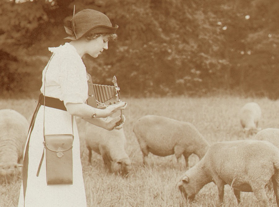 blog-kodak-girl-in-sheep-field-edwin-fait